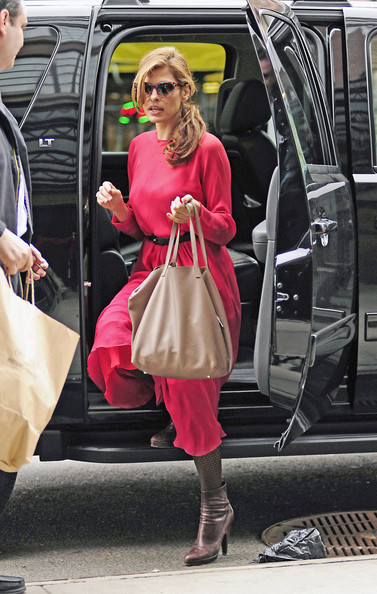 Eva Mendes Shops in NYC.
